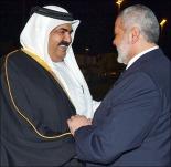Qatari Emir Hamad Bin Khalifa (L) greets